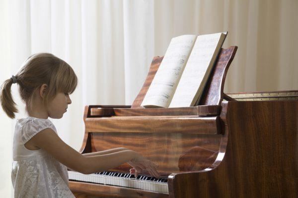 Đàn piano với nhiều mẫu mã và mức giá khác nhau