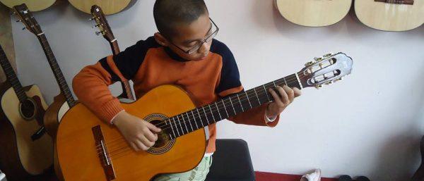 Đàn guitar chất lượng giúp bạn có nhiều hứng khởi hơn khi học