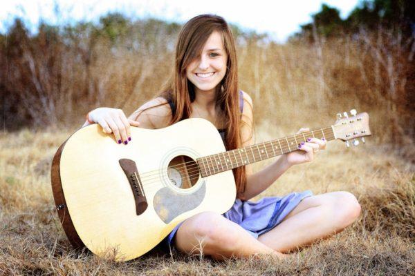 Đàn guitar Acoustic giúp giải trí những giờ làm việc và học tập căng thẳng