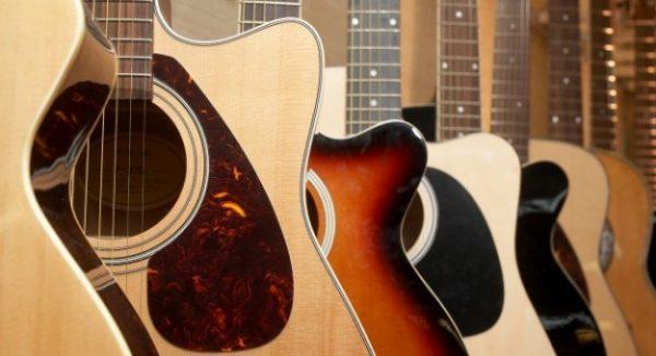 Đàn guitar acoustic được nhiều bạn trẻ yêu nhạc chọn mua