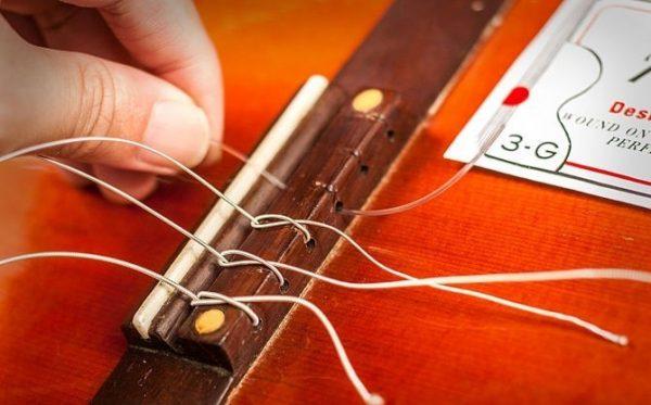 Dây đàn guitar acoustic được tạo ra từ nhiều loại vật liệu khác nhau