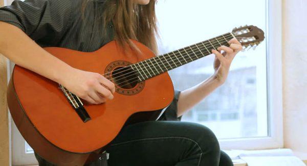Dây đàn guitar acoustic là yếu tố quan trọng khi chơi đàn