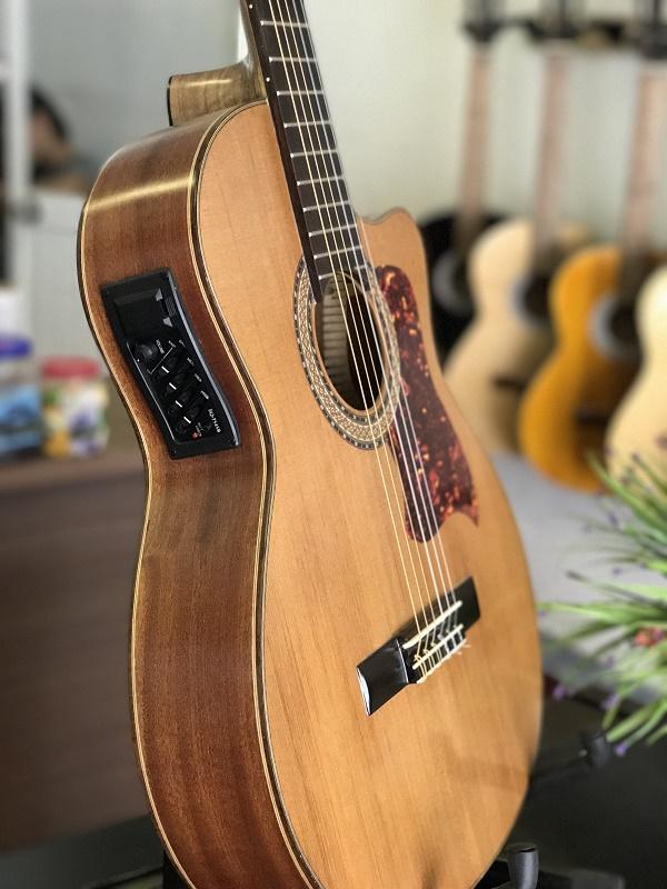 Đàn guitar acoustic có tiếng đàn to và mạnh hơn so với đàn guitar Classical