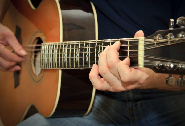 Chúng ta nên luyện tập thật chậm từng hợp âm khi chơi đàn guitar