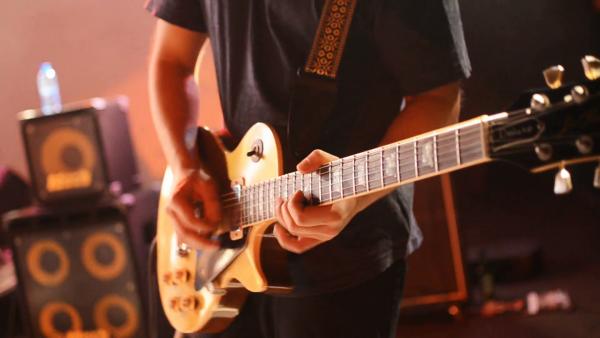 Mỗi thương hiệu đàn guitar điện sẽ có công nghệ sản xuất riêng biệt
