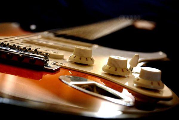 Đàn guitar điện hoạt động nhờ vào các con chip điện tử