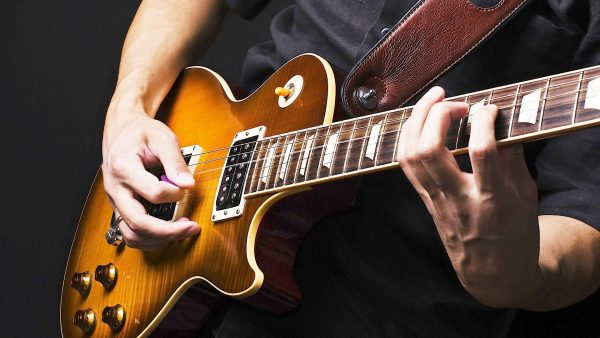 Bạn cần phải lên dây đàn guitar điện chính xác để âm thanh chuẩn và thoải mái khi chơi