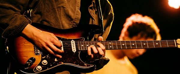 Đàn guitar điện có mẫu thiết kế đa dạng hơn so với guitar truyền thống