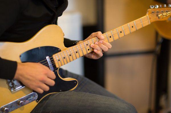Học chơi đàn guitar điện trở thành nhu cầu phổ biến của giới trẻ