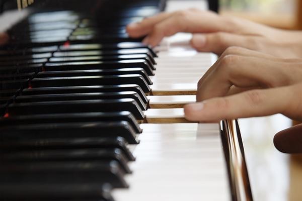 Giáo viên hướng dẫn khi học đàn piano sẽ giúp bạn không rơi vào tình huống hiểu sai