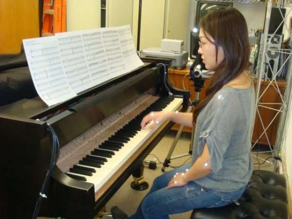 Thực hành ở trung tâm dạy đàn sẽ giúp bạn tự học piano không có đàn