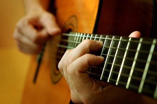 Không nên tạo căng thẳng khi luyện cách bấm tay trái guitar