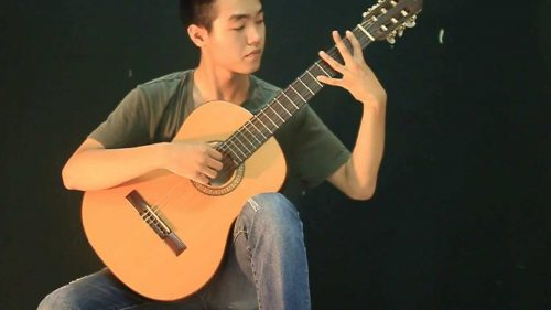 Cần giữ tay trái thoải mái khi luyện cách bấm tay trái đàn guitar