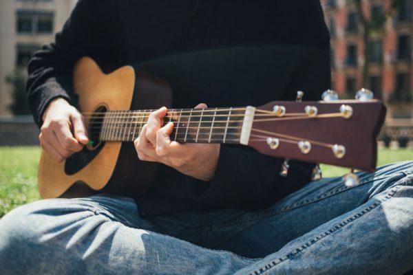 Luyện tập chạy âm giai guitar sẽ giúp các ngón tay linh hoạt hơn