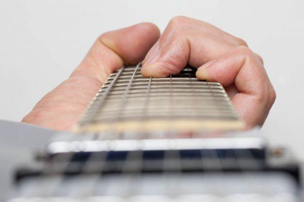 Học cách bấm dây đàn guitar không đau tay sẽ giúp bạn làm quen với đàn tốt hơn