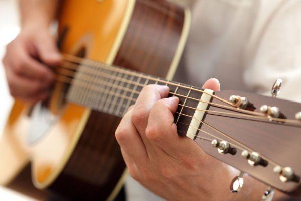 Tư thế ngồi đàn guitar và phom tay chuẩn thật sự rất quan trọng