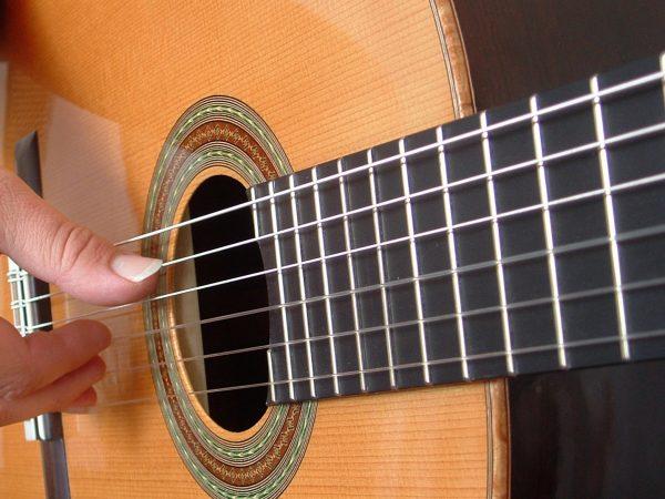 Bạn hãy tìm một lớp học để được hướng dẫn khi mới học đàn guitar