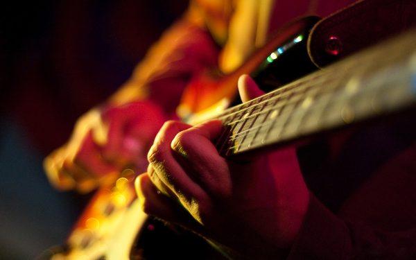 Chọn mua đàn guitar giá rẻ để tập phù là điều ai cũng quan tâm