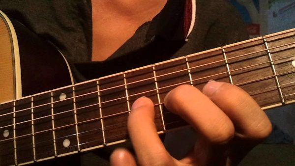 Hãy luôn đặt đầu ngón tay gần với mặt phím đàn guitar