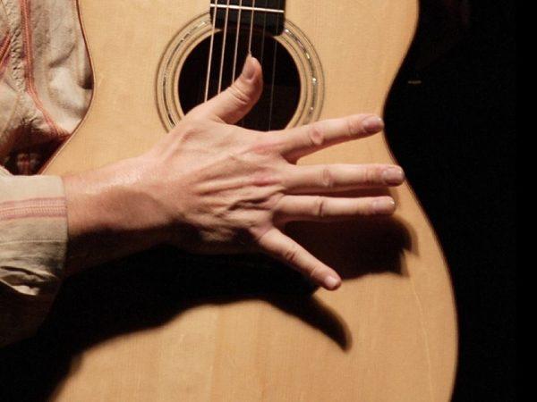 Đàn guitar bằng ngón tay út cần rất nhiều thời gian
