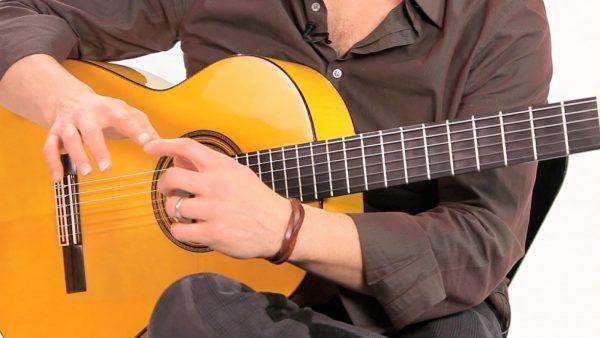 Bạn hãy thử sử dụng những dây đàn guitar nhỏ hơn khi bàn tay nhỏ