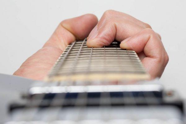 Luyện tập đàn guitar cần sự chăm chỉ và kiên định mỗi ngày