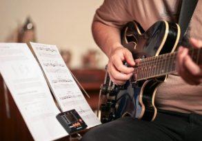 Học guitar đệm hát có khó không? Cần lưu ý những gì?