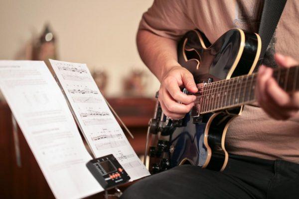 hoc guitar dem hat co kho khong can luu y nhung gi 2 e1543981700700 - Học guitar đệm hát có khó không? Cần lưu ý những gì?